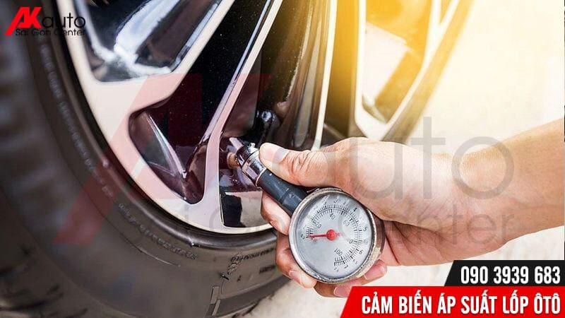 đo áp suất lốp ô tô thủ công