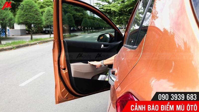 cnahr báo điểm mù đảm bảo quá trình xuống xe an toàn