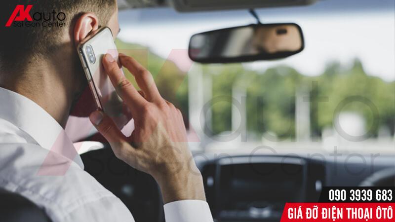 giá đỡ điện thoại giúp sử dụng điện thoại khi lái xe an toàn