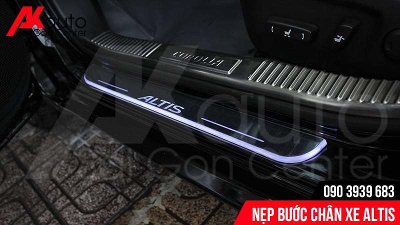 Nẹp bước chân xe Altis với chất liệu Inox chống trầy xước