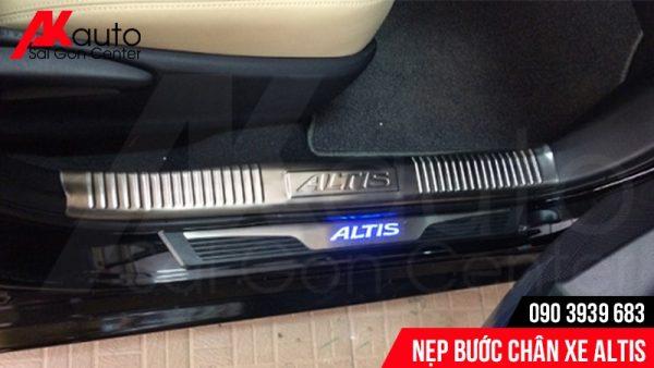Nẹp bước chân xe Altis có dãy đèn Led nổi bật