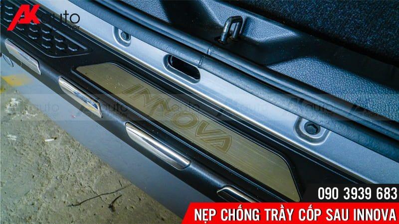 AKauto lắp đặt nẹp chống trầy cốp ô tô innova