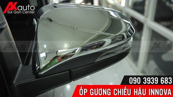 lắp đặt ốp gương chiếu hậu xe innova ngăn trầy xước