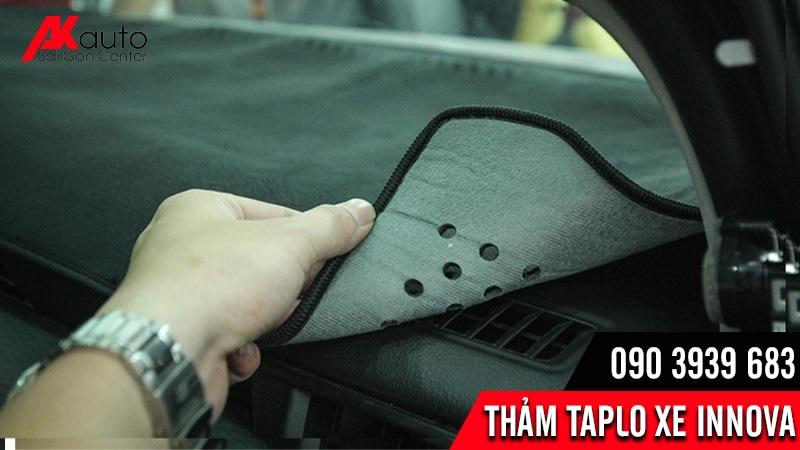 trải thảm taplo chống nóng xe innova cacbon