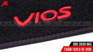 Logo Vios trên thảm taplo nôi bật