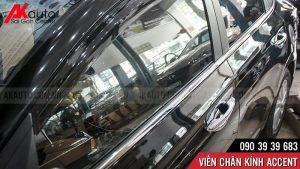 lắp nẹp chân kính xe ô tô accent inox