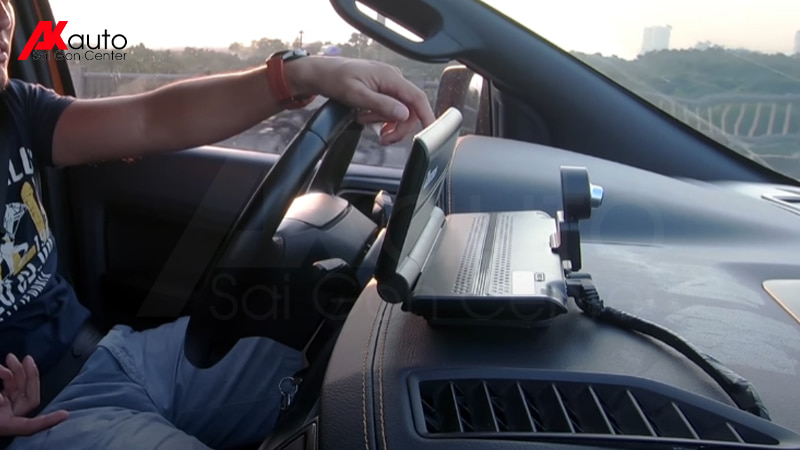 lắp camera hành trình taplo trên xe ô tô